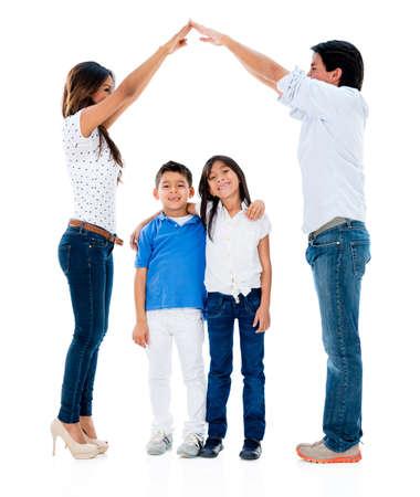 ni�o abrigado: Familia feliz con los ni�os bajo un techo seguro - aislado sobre fondo blanco