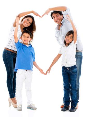 Liebevolle Familie, die eine Herzform - isoliert über weißem Hintergrund Lizenzfreie Bilder