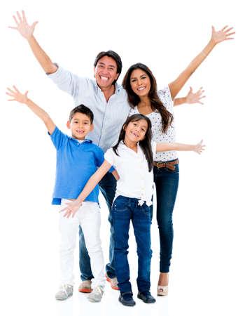 familia animada: Familia feliz que mira muy emocionado con los brazos arriba - aislados en fondo blanco