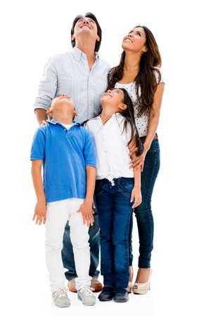 Glückliche Familie, die oben - isoliert in einem weißen Hintergrund
