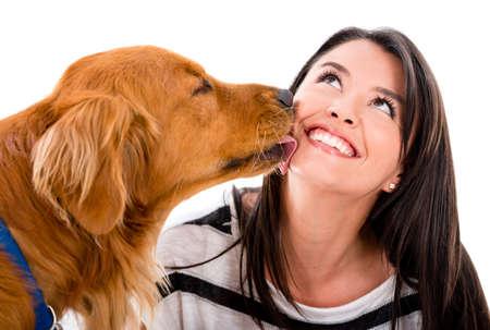 licking in isolated: Cane carino baciare una donna - isolato su uno sfondo bianco