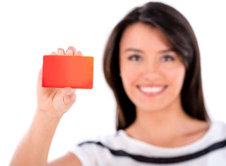 Glückliche Frau hält eine Treuekarte - isoliert über weiß