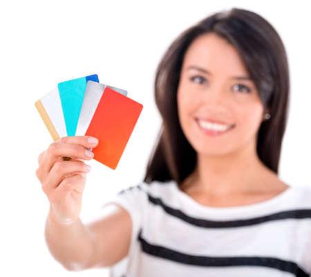punhado: Mulher com um punhado de cart�es de cr�dito - isolado sobre o branco