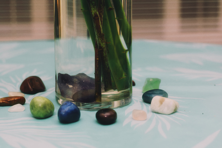 A circle of crystals surrounding a vase on the table. Stockfoto