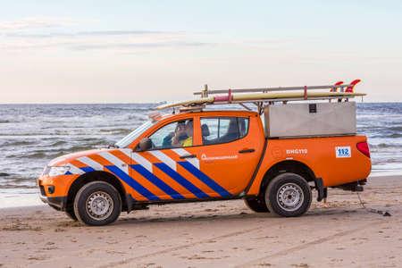 to drown: Playa de Kijkduin, Países Bajos - 1 de julio de 2016: vehículo salvavidas de surf en la playa Editorial