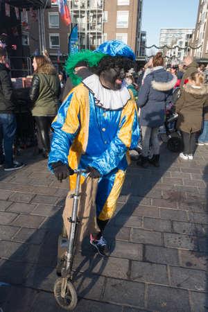 Den Haag, Nederland - 26 november2016: Zwarte Piet of Zwartepiet viert aankomst van de Nederlandse kerstman, Sinterklaas Redactioneel