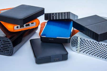 Différents types de disques durs de stockage informatique externe - isolé sur fond blanc