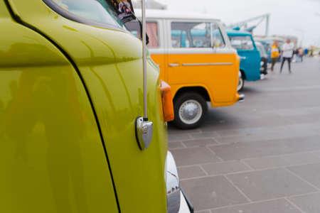 Scheveningen, Den Haag, Niederlande - VW Transporter Kombi T2 im Stil der 1960er Jahre am Strand von Scheveningen geparkt
