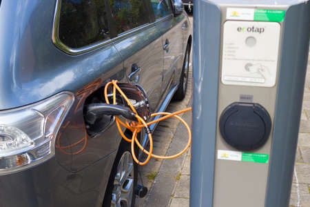 The Hague, the Netherlands - May 14 2020: electric car charging at plug in recharge point 新聞圖片