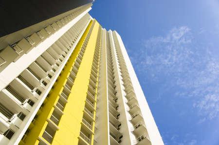 Große bunte Wohnhaus in Wohnsiedlung