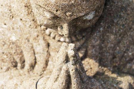 Stein Buddha beten direkten Front. Standard-Bild