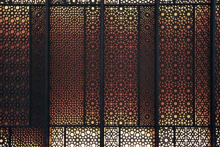 Orientalische Muster Silhouette mit leuchtend roten Hintergrundbeleuchtung Editorial