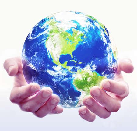 Ein Paar Hände halten einen Globus mit weißem Hintergrund Standard-Bild