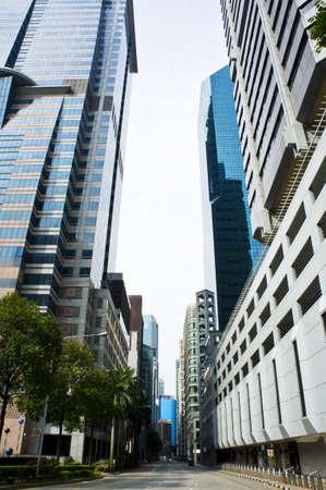 Eine Straße der Innenstadt low angle mit Gebäuden auf beiden Seiten geschossen.