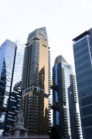Wolkenkratzer mit blauen und roten goldenen Glasfenster Panels
