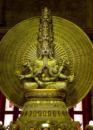 Eine goldene Statue des Buddha mit tausend Händen