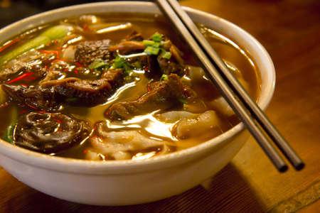 Nahaufnahme einer Schüssel im chinesischen Stil Rindfleisch Nudelsuppe.