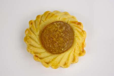 Draufsicht auf eine chinesische festlichen Ananas Keks auf weißem Hintergrund