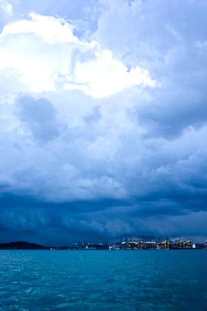 long shot: Un campo lungo di un porto con le nubi tempestose.