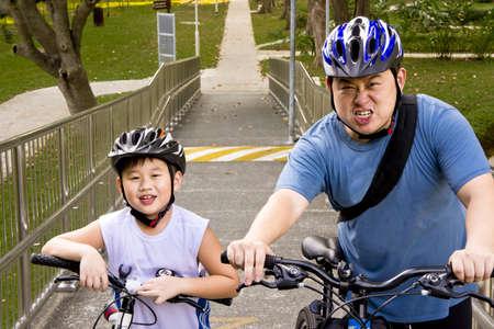 Asian Vater und Sohn Radfahrer bereit für ihre Rad-Abenteuer Standard-Bild