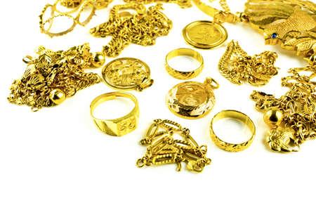 scrap trade: Oro in varia forma gioielli su sfondo bianco isolato Archivio Fotografico