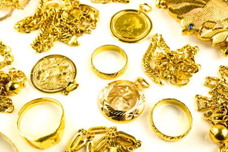 scrap trade: Primo piano di oro in varia forma gioielli su sfondo bianco isolato Archivio Fotografico