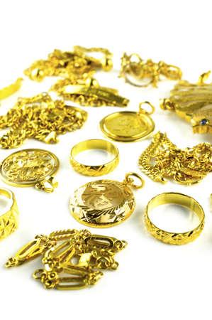 Vertikale Schuss von Gold in variiert Schmuck Form isoliert auf weißem Hintergrund