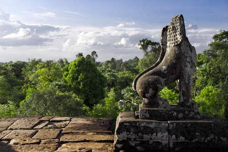 Stone Lion Guardian mit Wald und Himmel Skyline bei Pre Rup, Der Osten Baray, Siem Reap, Kambodscha