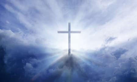 cruz de jesus: Una cruz transparente dando luz celestial en el cielo Foto de archivo