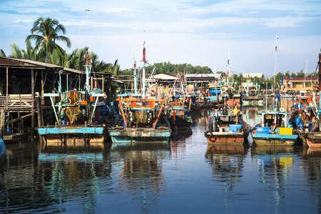 Ein Schuss von bunten chinesischen Fischerboot ruht in einem chinesischen Fischerdorf-Sekinchan, Malaysia