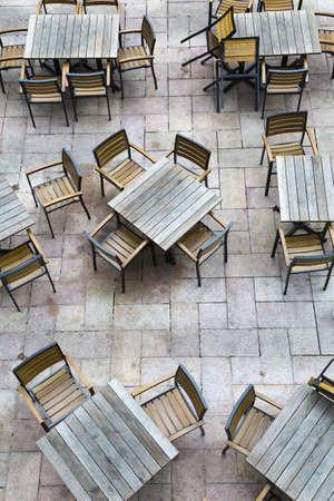 not open: Un tiro verticale di un ristorante all'aperto con mobili in legno non sono aprire per le imprese ancora