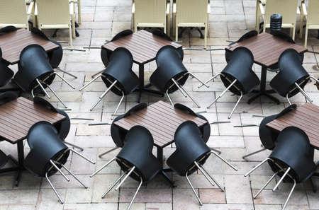 not open: Un ristorante all'aperto con sedie di plastica neri non aperto per attivit� commerciale ancora