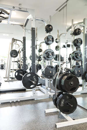 Gewichtheben Geräte in einem Club Turnhalle
