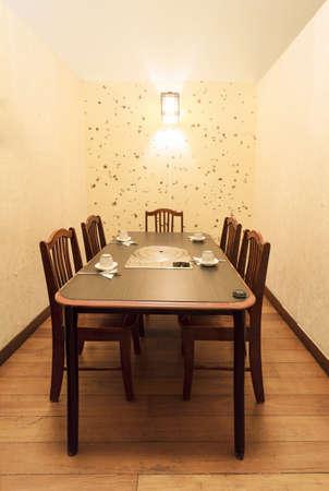 Ein eigenes Zimmer mit fünf Stühlen in einem asiatischen Restaurant.