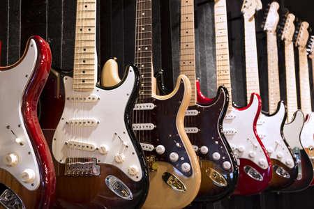 Viele E-Gitarren hängen an der Wand in der Musik-Instrument Shop