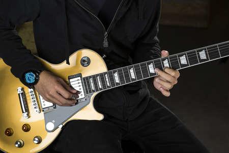 Ein Gitarrist spielt mit einer E-Gitarre.