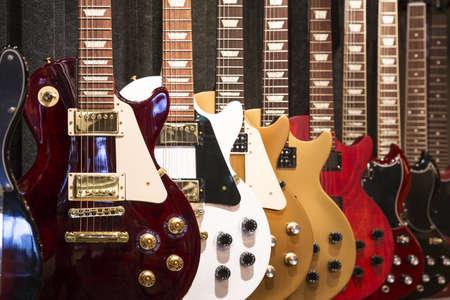 Eine Reihe von E-Gitarren auf dem Display