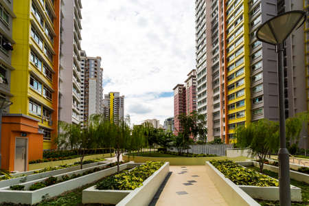 Ein Pfad führt zu einem neuen bunten Nachbarschaft Immobilien aus dem Garten Lizenzfreie Bilder - 22399306