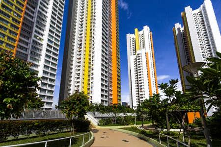 Ein Pfad führt zu einem neuen bunten Nachbarschaft Immobilien aus dem Garten Lizenzfreie Bilder - 22399308
