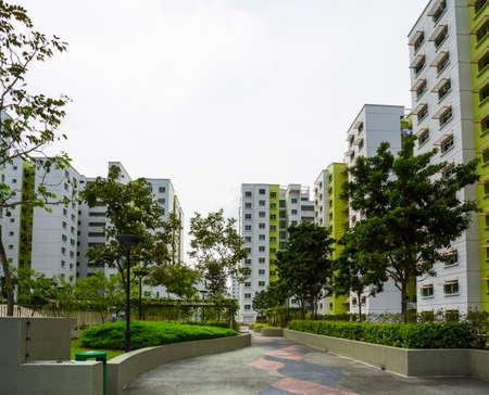 Een park leidt tot een groene landgoed in Singapore