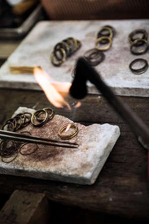 Juwelier Crafting goldene Ringe mit Flamme Fackel.