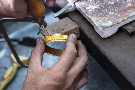 Nahaufnahme von Juwelier Handwerk goldenen Armreif mit Flammenbrenner. Lizenzfreie Bilder