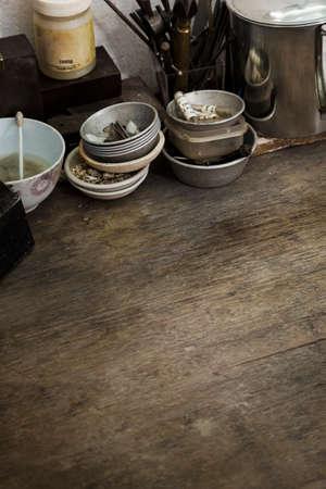 Nahaufnahme von einem Holztisch in einem Kunst-und Handwerksbetrieb.