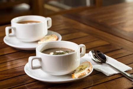 Zwei Tassen Pilzsuppe serviert werden