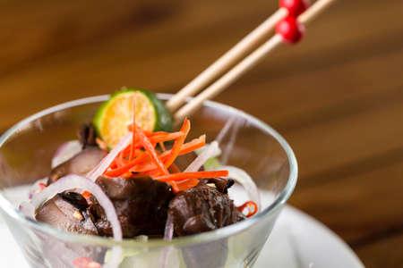 Eine Nahaufnahme von einem Glas Pilz Vorspeise serviert werden