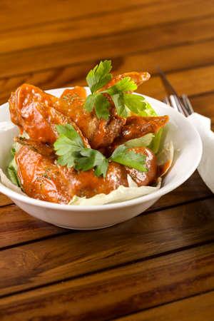 Eine Schüssel Spicy Chicken Wings serviert werden