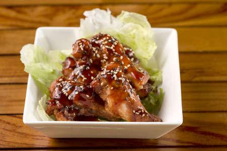 Barbecue Buffalo Wings mit Sesam-Sauce bereit, serviert werden Lizenzfreie Bilder