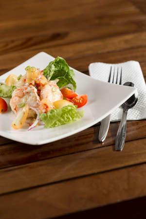 Ein Teller mit cremig zarten Garnelen bereit, serviert werden.