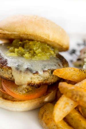 Dick saftiger Rindfleischburger mit Pommes frites auf weiß isoliert.