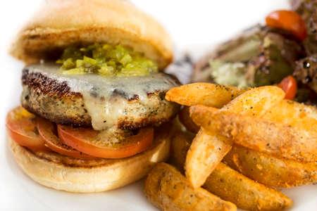 Dicke saftige Hähnchen Burger mit Pommes frites auf weiß isoliert.